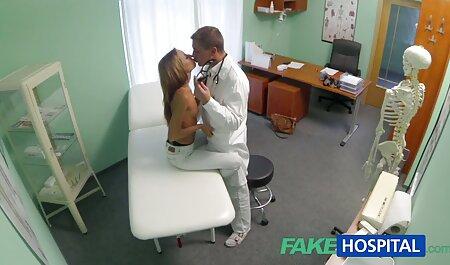 دختر با موهای بلوند نشان می دهد حلقههای دانلود کلیپ دوربین مخفی سکسی او